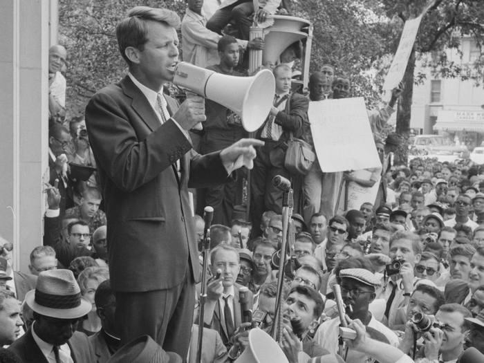 ТАРАЛЕЖ: На тази дата: 5 май 1968 г. Робърт (Боби) Кенеди е ...