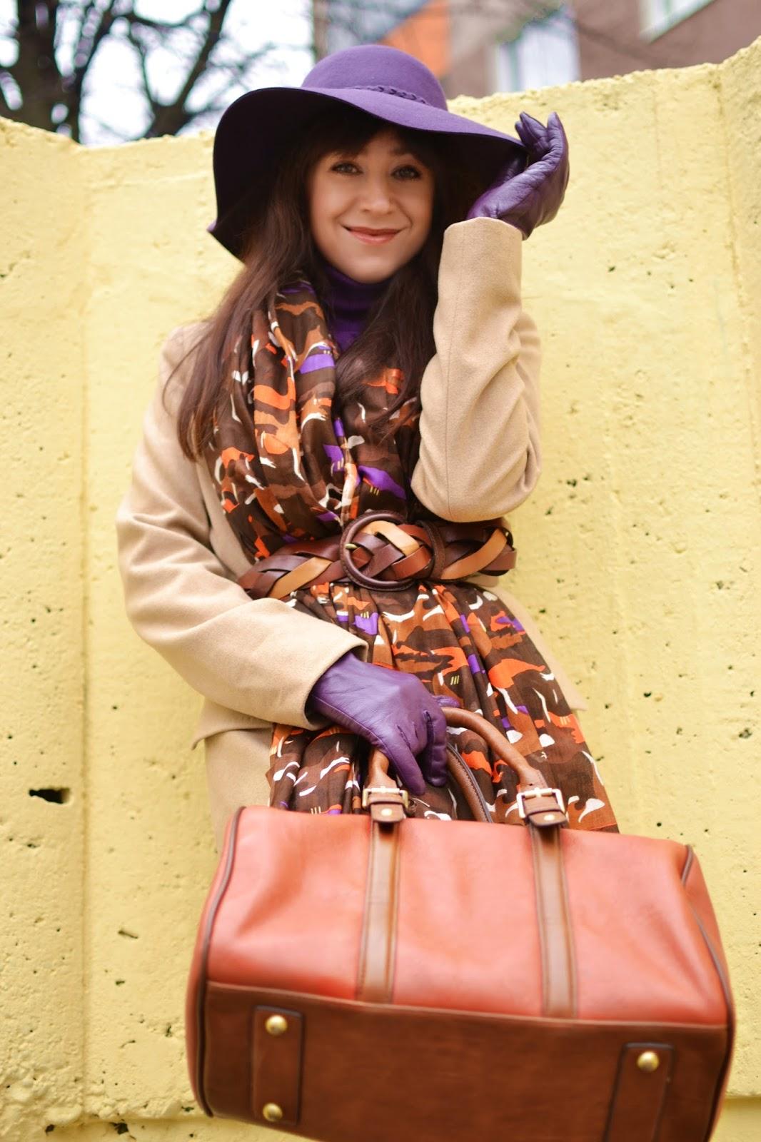 Súhra doplnkov_Katharine-fashion is beautiful_Fialový klobúk Parfois_Vzorovaný šál_Fialové pančuchy_Katarína Jakubčová_Fashion blogger