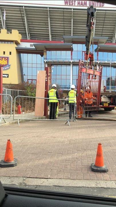 rimozione cancello Boleyn Ground