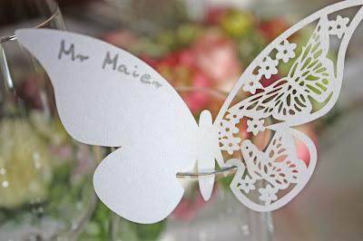 Tischkarten Schmetterling - Internationale Hochzeit mit Gleitschirmflug des Bräutigams, Riessersee Hotel Garmisch-Partenkirchen, besondere Trauungen, Hochzeit in Bayern, #Riessersee #Garmisch #Gleitschirm #Hochzeit #Tandemflug #heirateninbayern