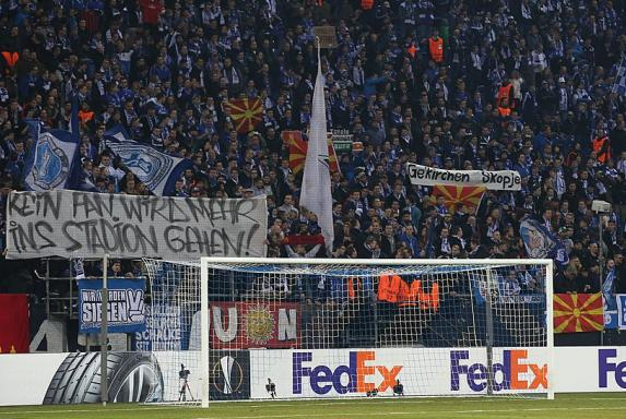Schalke Fans zeigen Flagge