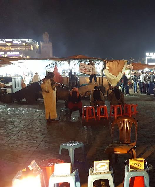 mujeres en la plaza Jamaa Fna que tatuan con henna