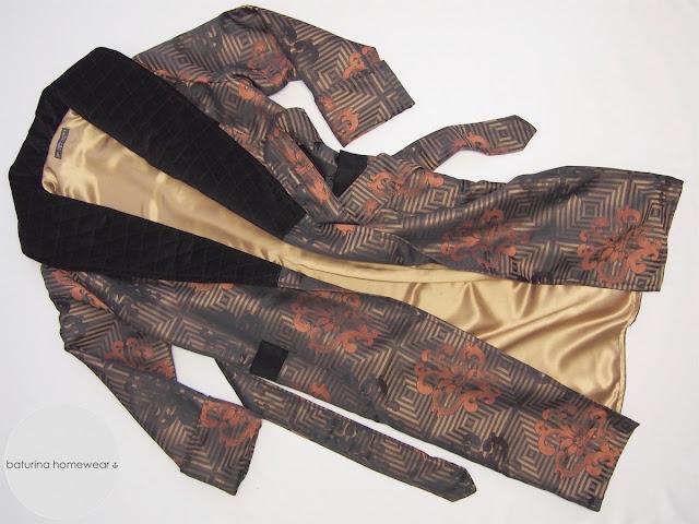 Herren Hausmantel aus Barock Muster Seide Baumwollsamt Schwarz lang gefüttert edel elegant exklusiv Luxus Morgenmantel gesteppt lang warm.