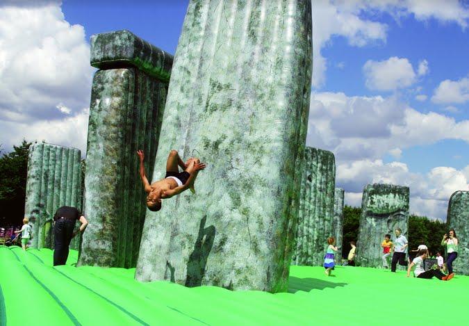 Il monumento di Stonehenge trasformato in un gigantesco gioco gonfiabile per bambini