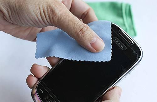 Usar o produto errado para a limpeza da tela do smartphone pode levar a um belo prejuízo na assistência técnica