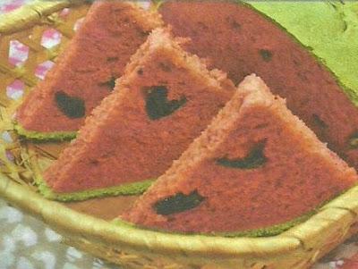 Удивительный рецепт хлеба в виде арбузных ломтиков. Необходимые продукты и способ выпечки.
