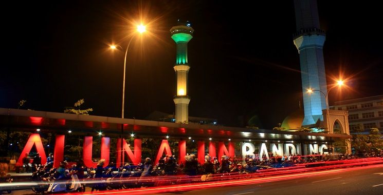 Ramainya Malam di Alun-Alun Kota Bandung