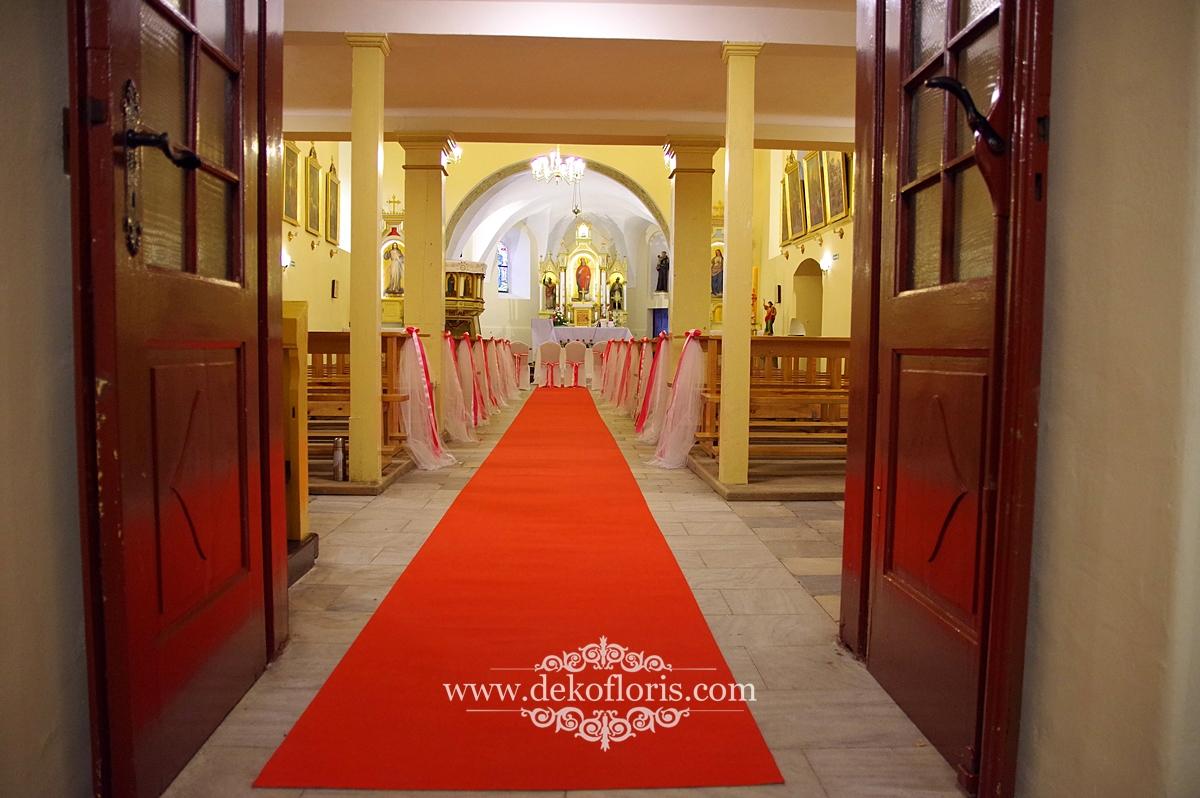 Czerwony dywan i ślubna dekoracja kościoła opolskie