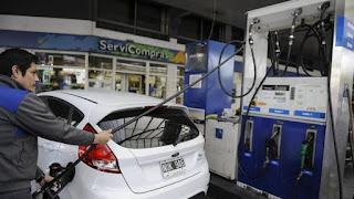 Durante la jornada de ayer, se vieron largas filas en las estaciones de servicio porque  los conductores intentaron llenar el tanque antes del incremento. En YPF el litro de súper cuesta  $17,08, mientras que hasta anoche se conseguía a $15,53. En lo que respecta al combustible Infinia, pasó de $17,55 a $19,30 el litro.