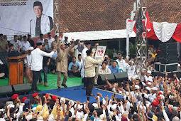 Prabowo Subianto Dapat Hadiah Baliho Berbahan Karung Dari Masyarakat Garut