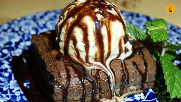 Brownie con helado de vainilla (3€) Rosi la Loca Madrid