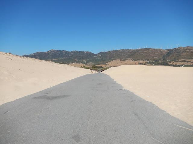 Carretera de Punta Paloma rodeada por ambos lados de arena