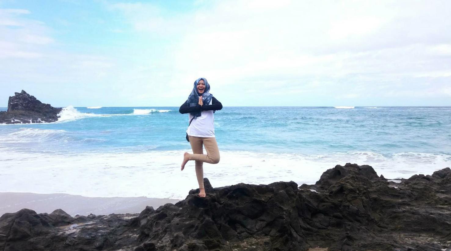 pantai batu karang indah dan manis dengan cewek cantik dna manis Alda Henidar Yuristia - Wisata ke Pantai Wane Nusa Tenggara Barat
