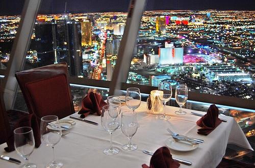 Como é o restaurante Top Of The World