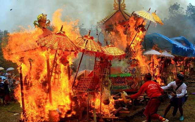 Membakar Mayat