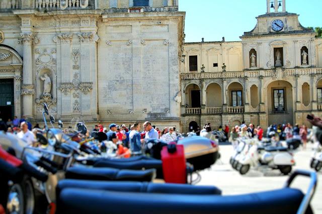 vespe, piazza, monumenti, gente, Episcopio