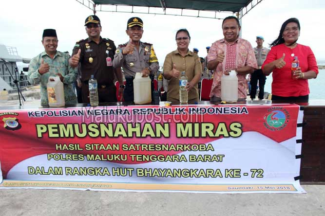 Saumlaki, Malukupost.com - Kepolisian Resort (Polres) Maluku Tenggara Barat (MTB) memusnahkan 2.800 liter minuman keras (miras) jenis sopi, di areal pelabuhan laut Saumlaki Kabupaten Maluku Tenggara Barat, Selasa (16/5).