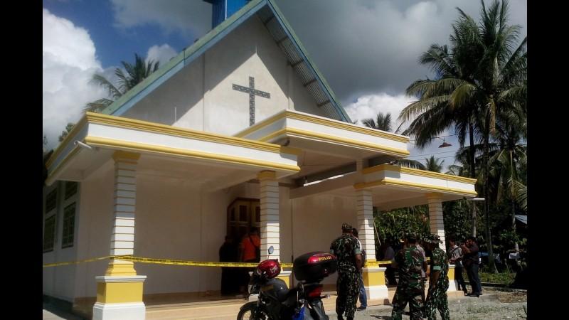 Pihak keamanan menjaga gereja di Poso yang dibakar