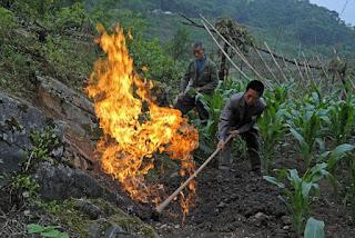 Fenomena Gas Metana Keluar Dari Bumi Desa Nanjiawan Di Cina