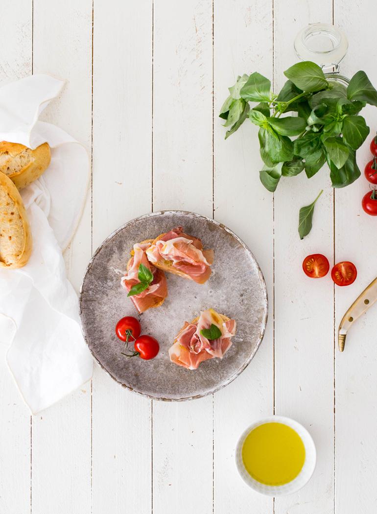 superalimentos-dieta-mediterranea-jamon-iberico-tomate-pan-aceite-albahaca