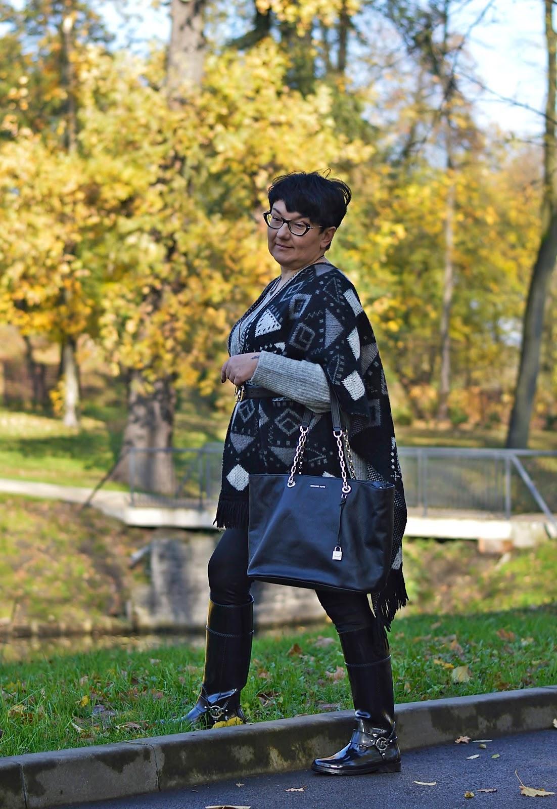 Jesienna stylizacja, ponczo na jesień, kalosze