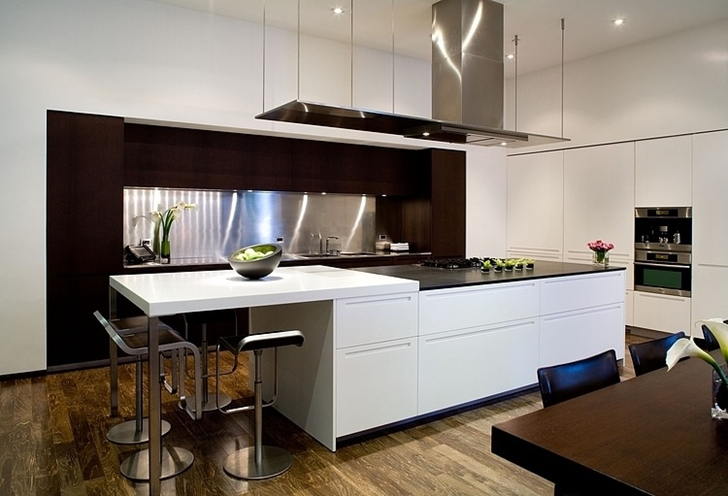 Kitchen in Small minimalist home by Steven Kent