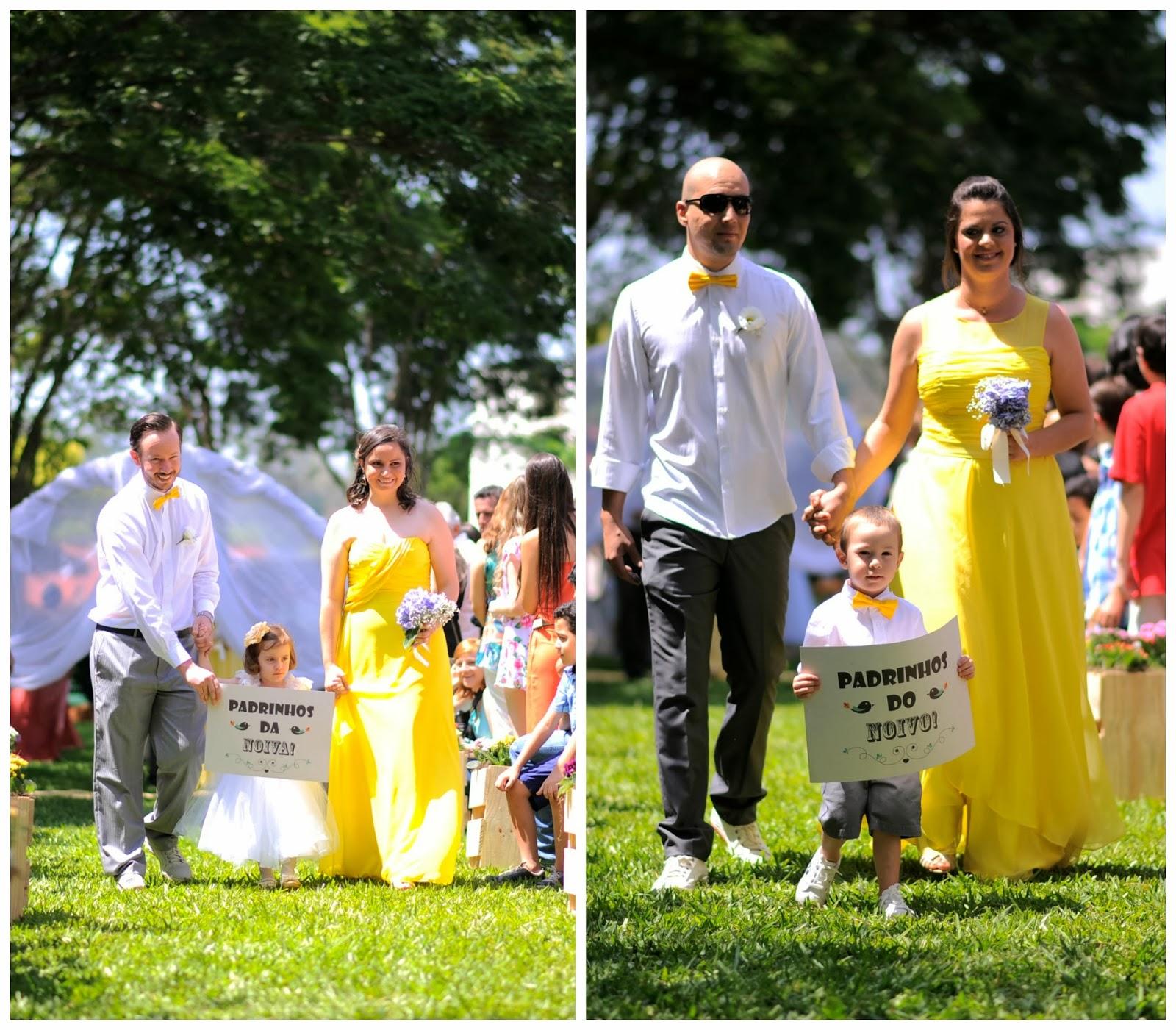 cerimonia-entrada-padrinhos-plaquinhas-casamento-dia-azul-amarelo