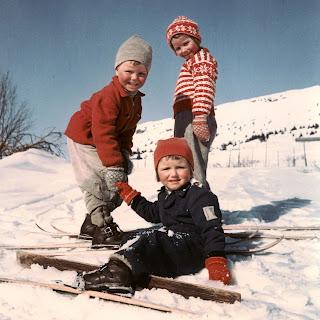 Tono Invierno. Fotografía antigua que muestra a tres niños en la nieve con sus esquíes
