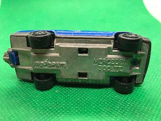 メルセデスベンツ 300TE のおんぼろミニカーを底面から撮影