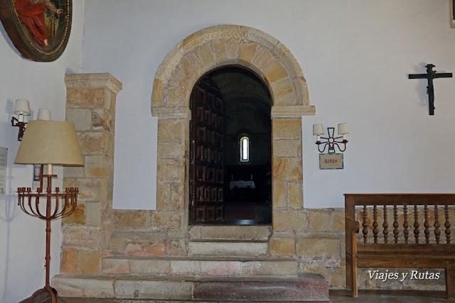 Portada de la iglesia del Monasterio de San Pedro de Villanueva de Cangas de Onís