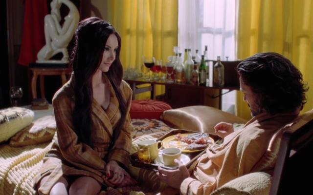 Café da manhã na cama em cena de The Love Witch
