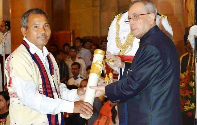 Jadav Payeng receiving the Padma Shri award from President Pranab Mukherjee