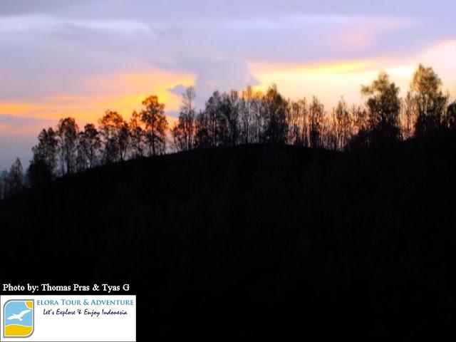eloratour menikmati Sunrise di perjalanan menuju puncak gunung ijen