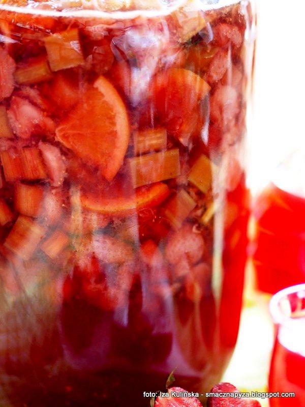 przepyszna naleweczka, nalewka z truskawek i rabarbaru, truskawki, rabarbar, owoce macerowane w alkoholu, nastaw, jak zrobić wspaniala nalewke, domowe nalewki