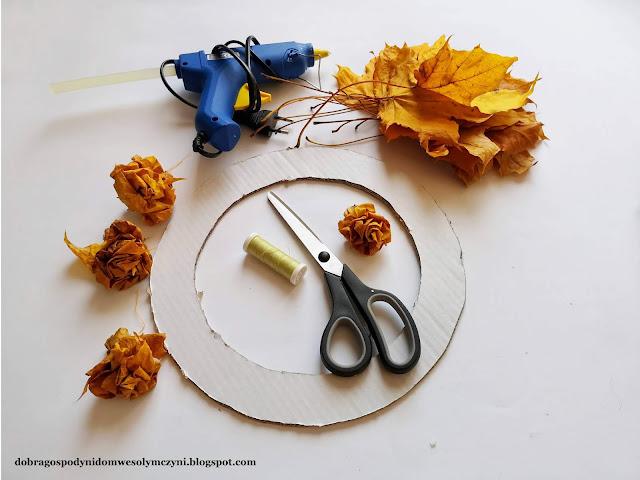 wianek z liści klonu, jesienny wianek, wianek na drzwi