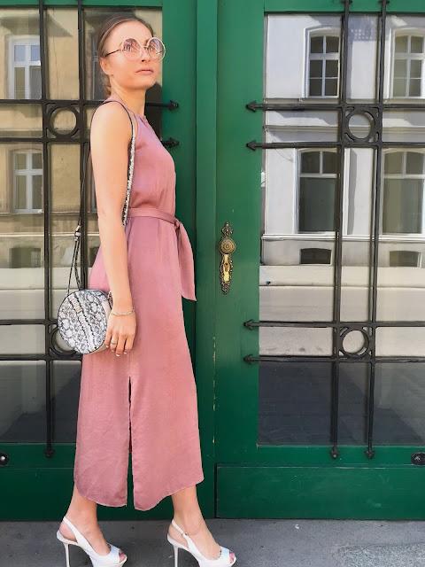 Zwiewna letnia sukienka na guziki Zara prosta lekka przewiewna brudny róż długa maxi midi przed kostkę minimalizm prostota proste dodatki białe buty sandały szpilki Mango torebka w wężową skórkę wzór Guess okulary Marc Jacobs kok stylizacja letnia na lato klasyczna z klasą beżowa nude wiązana