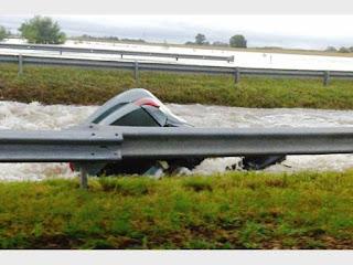 Una persona murió luego de que un auto cayera a un canal en Ramallo.