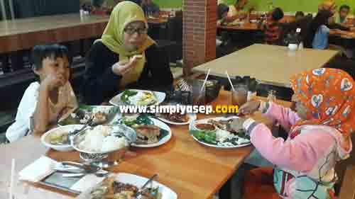 MAKAN MALAM:  Acarfa syukuran ulang tahun bundanya dirayakan sederhana saja dengan makan malam di Rumah Makan Ulam Singkil. Dari kanan ke kiri : Tazkia Putri (5 thn), Bunda , dan Mas Abbie (7 Thn). Foto Asep Haryono