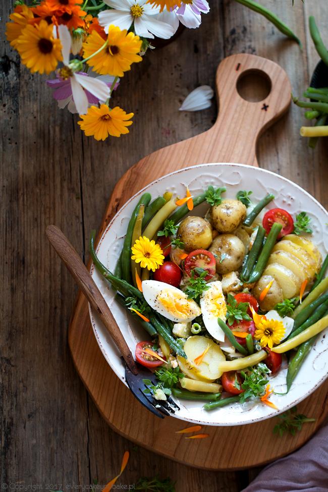 sałatka z fasolki szparagowej, ziemniaków i pomidorów z jajkiem i sosem jogurtowo-majonezowym