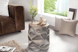Stolek v kombinaci kovu a dřeva.