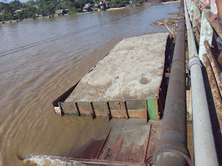 """Lagi, Jembatan Tanjung Raja """"digoyang"""" Ponton Pengangkut Pasir"""