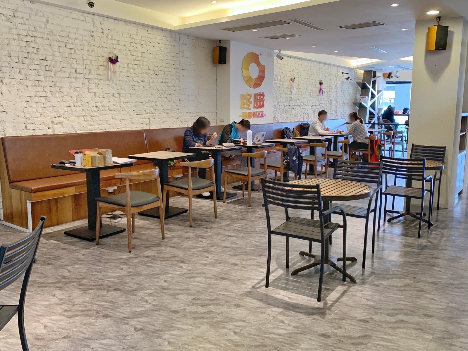 台南東區美食【咚嗞咖啡】用餐環境