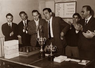 Todos los premios a punto de ser entregados en el I Torneo Nacional de Ajedrez de Granollers 1964