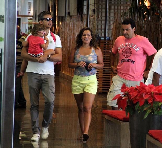 92beb221935357 Otaviano Costa curtiu a tarde desta quarta-feira, 2, com a filha, Olívia,  em um passeio no shopping Rio Design Barra, na Zona Oeste do Rio.