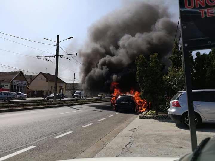 Arad: O masină a luat foc în Micalaca