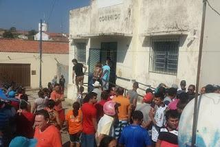 Polícia cerca agência dos Correios, rende suspeitos, prende 3 homens; veja vídeo