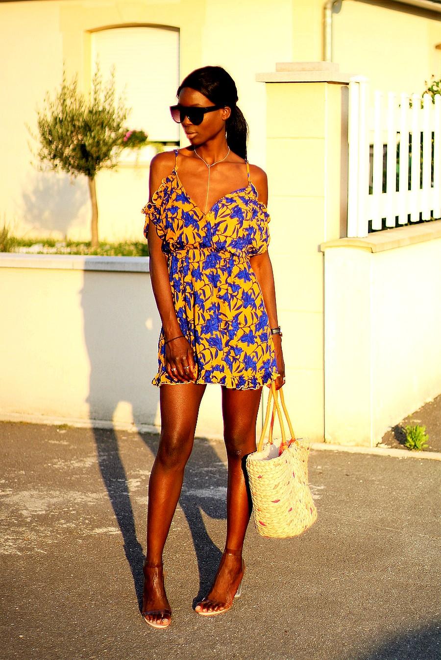 robe-imprime-floral-cabas-paille-sandales-transparentes