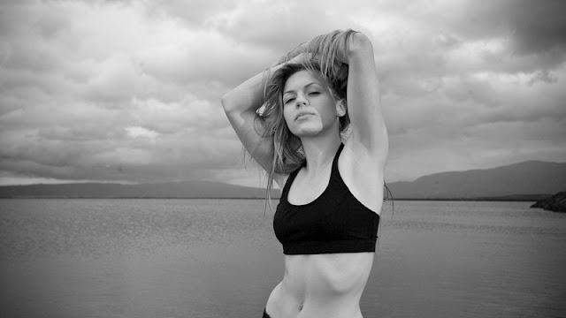 foto wanita cantik bertubuh ideal dengan latar danau