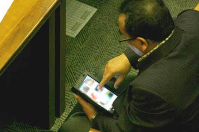 Saat Sidang Paripurna DPR, Kader PKS Nonton Film Bokep
