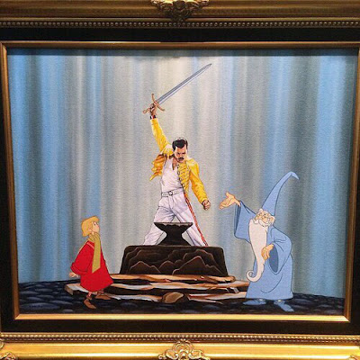 Witziger Freddy Mercury zieht Schwert aus Felsen